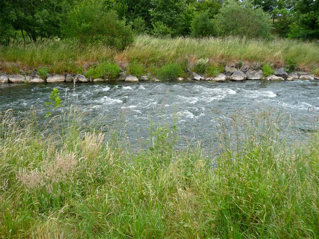 Starke Wasserverwirbelungen an der Sohlschwelle